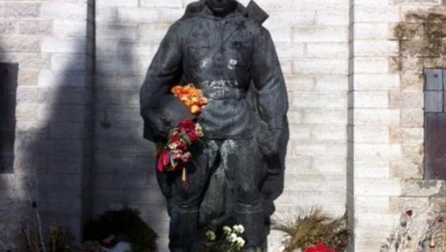 "В Таллине осквернили ""Бронзового солдата"""