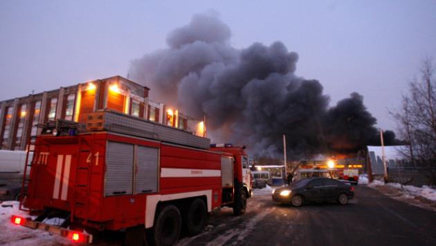 Два человека погибли при пожаре на мебельном заводе в Петербурге