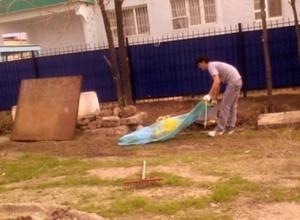 В Атырау гастарбайтеры использовали флаг Казахстана для выноса мусора