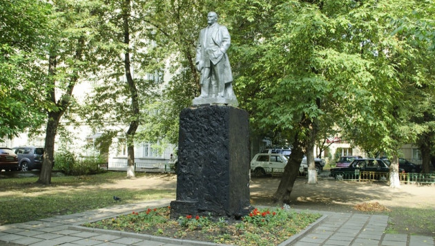 Памятник Ленину в Москве залили красной краской