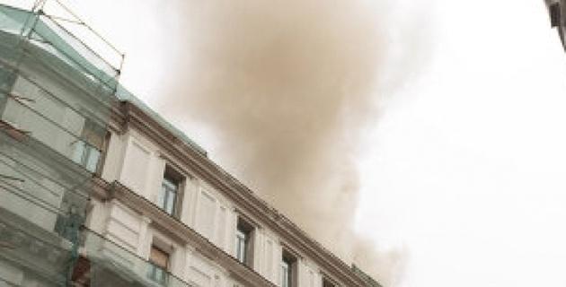 На Лубянке загорелось строящееся здание