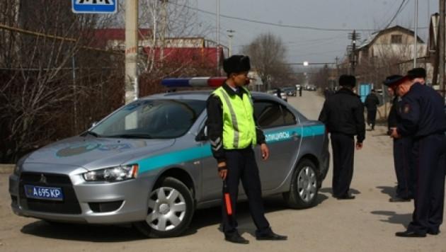 """В Алматы полицейские """"крапят"""" права упрямых водителей"""