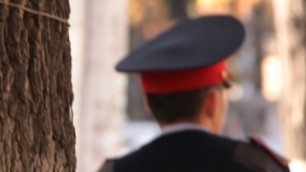 В Караганде полицейского избили за замечание на брошенные на землю семечки